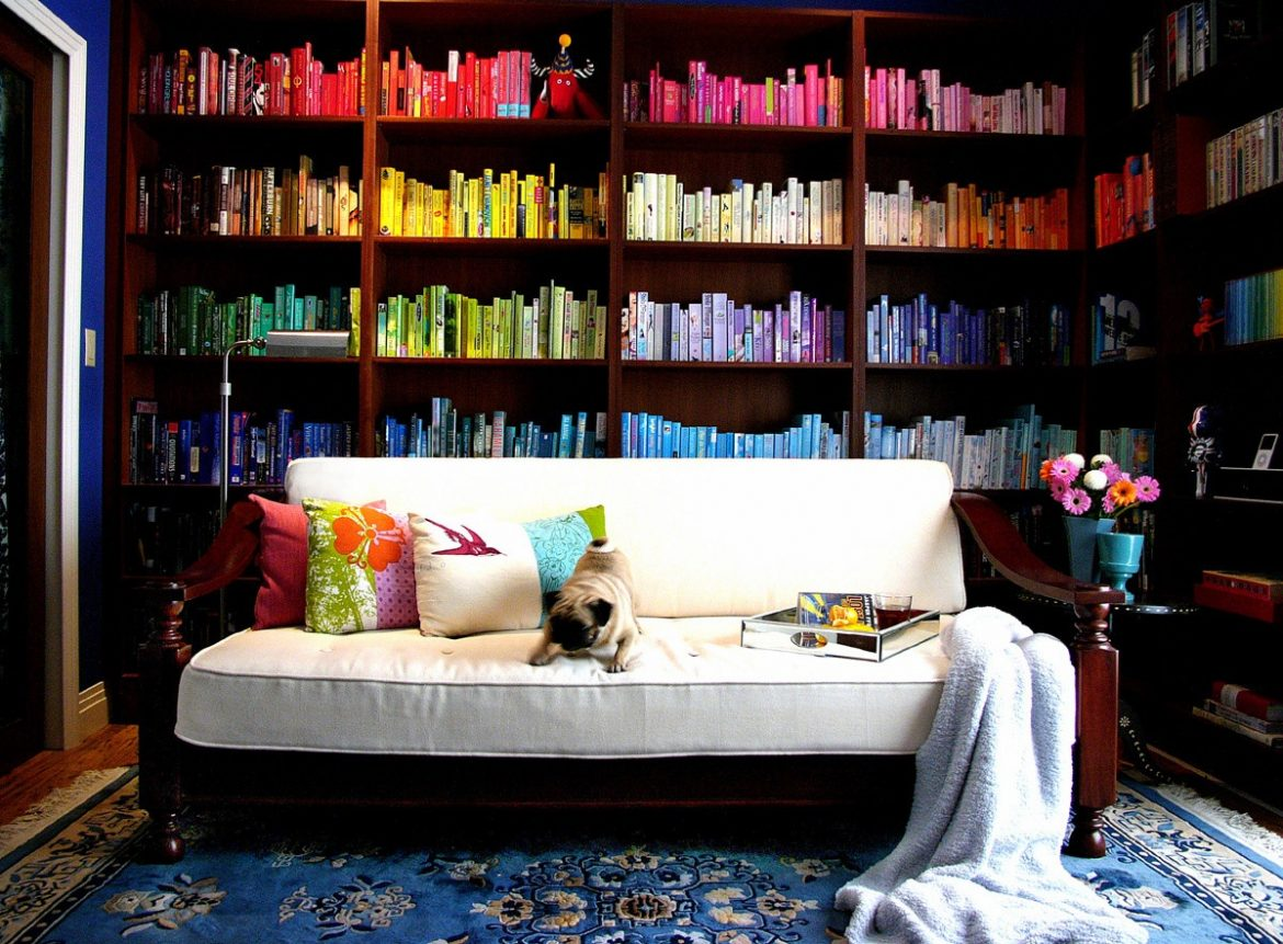 best bookshelves design ideas that will inspire you Best bookshelf design ideas that will inspire YOU Best bookshelf design ideas that will inspire YOU style interior decor chic cheap cheerful bookshelves Colorful Rainbow organized color Bookshelf