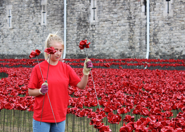 Blood-Swept-Lands-and-Seas-of-Red-poppies-installation-at-the-Tower-of-London_dezeen_784_5 Tower of London marks WW1 centenary with a sea of poppies Tower of London marks WW1 centenary with a sea of poppies Blood Swept Lands and Seas of Red poppies installation at the Tower of London dezeen 784 5