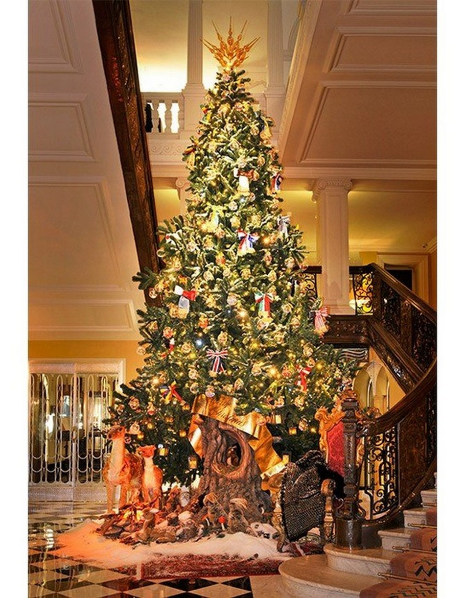 A DOLCE & GABBANA–DESIGNED TREE AT LONDON'S CLARIDGE'S A DOLCE & GABBANA–DESIGNED TREE AT LONDON'S CLARIDGE'S decor and style dolce and gabanna claridges tree hotel1